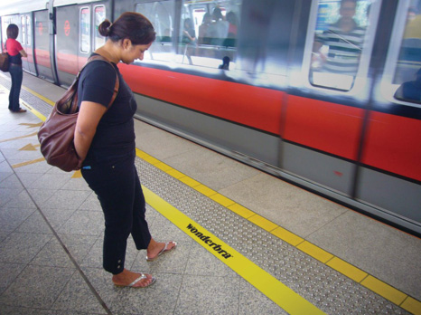 Wonderbra - Ambient Marketing in metropolitana