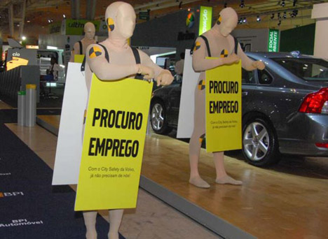 La protesta dei Crash Test Dummies Volvo a Lisbona